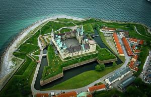 Вид на замок Кронборг в Хельсингёре с высоты птичьего полета