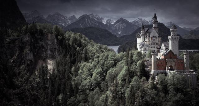 Красивейший замок Нойшванштайн расположился в Баварских Альпах