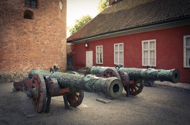 Пушки во дворе замка Грипсхольм в Швеции