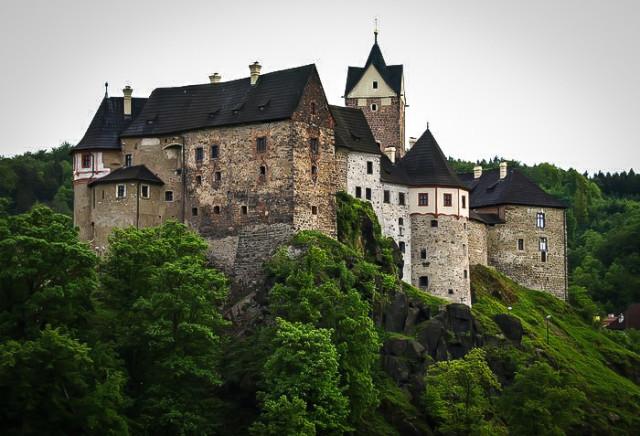 Замок Локет в Чехии на скале, укутанный деревьями