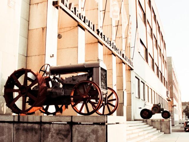 Трактор перед сельскохозяйственным музеем в Праге