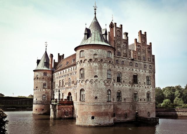Датский замок Эгесков сооружен на воде