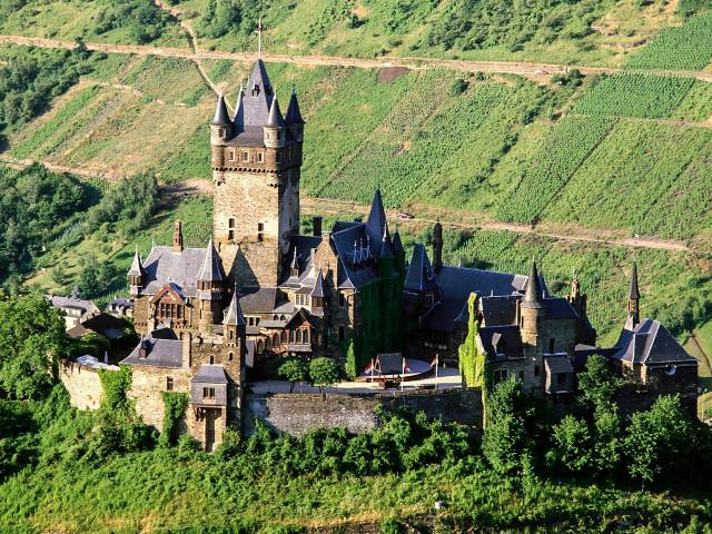 Замок Райхсбург в Гармании расположился на холме