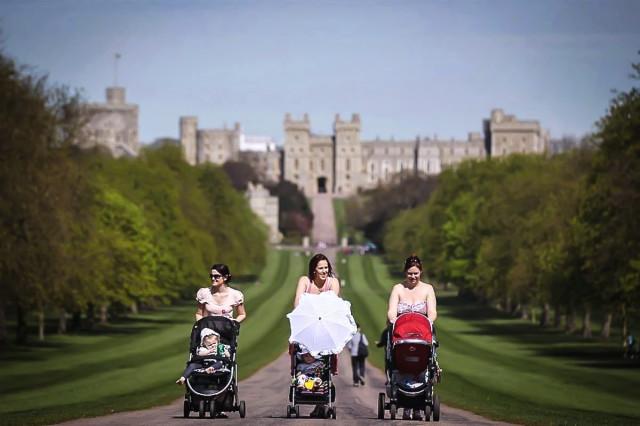 Три женщины с колясками гуляют рядом с Виндзорским замком в Англии
