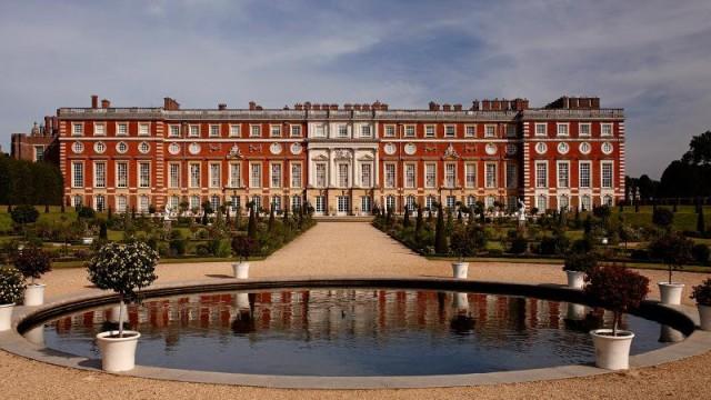 Дворец Хэмптон-Корт в Англии