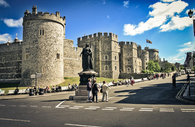 Площадь и памятник рядом с Виндзорским замком в Англии