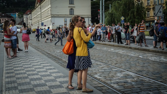 Удивленные подруги на улицах Праги
