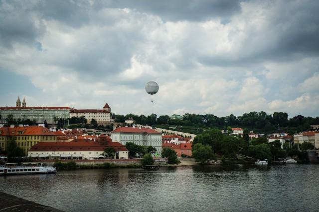 Подъем на воздушном шаре в районе музея Франца Кафки в Праге