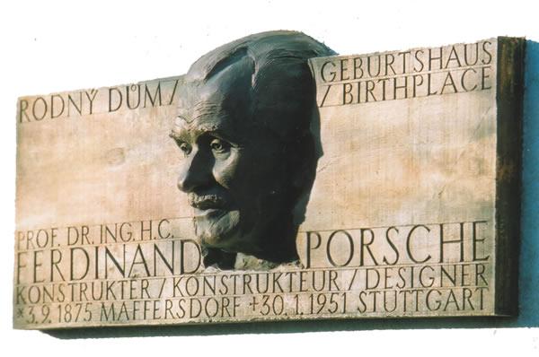 Доска на доме, где жил Фердинанд Порше в Чехии