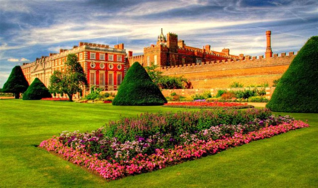 Дворец Хэмптон-Корт в Великобритании. Вид на сад