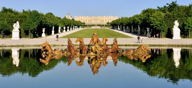 Версальский дворец и фонтан во Франции