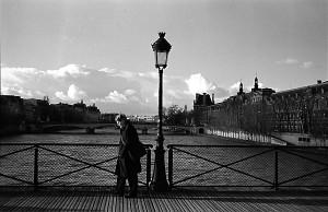 Прохожий на парижском мосту искусств