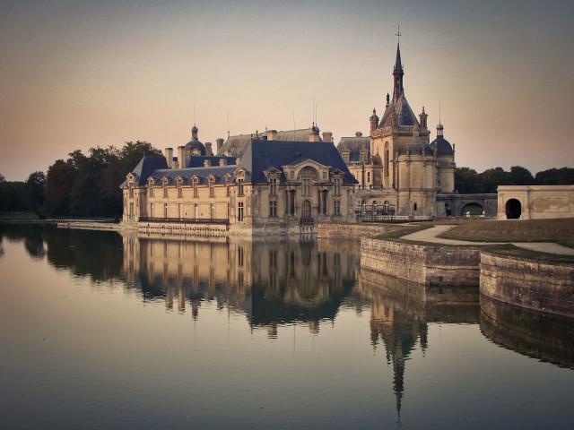 Замок Шантильи во Франции. Общий вид.