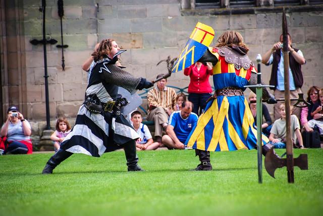 Сражение рыцарей на лужайке Уорикского замок в Англии