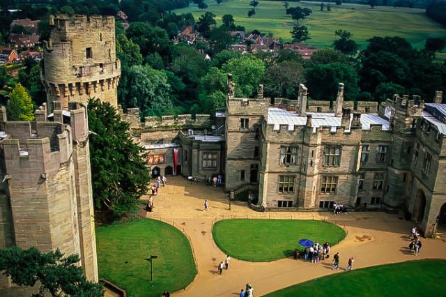 Вид с одной из башен на двор Уорикского замка