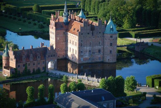Замок Эгесков в Дании с высоты птичьего полета