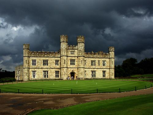 Замок Лидс на фоне густого неба