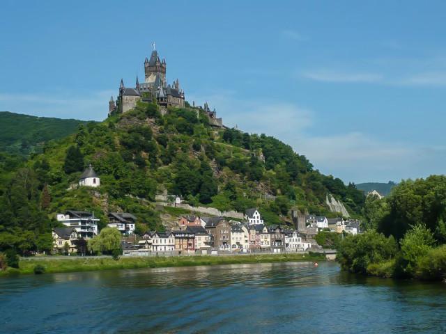 Потрясающий вид на замок Райхсбург открывается с его подножья