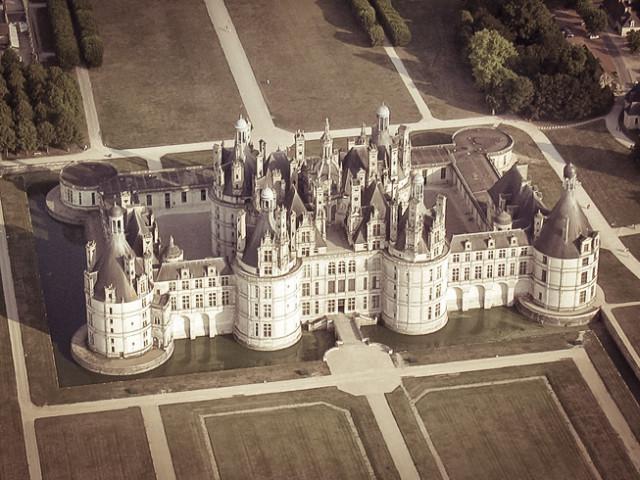 Замок Шамбор во Франции расположился в живописном месте рядом с водой