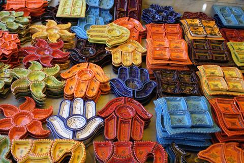 Сувенирная керами на прилавке рынка в Тунисе